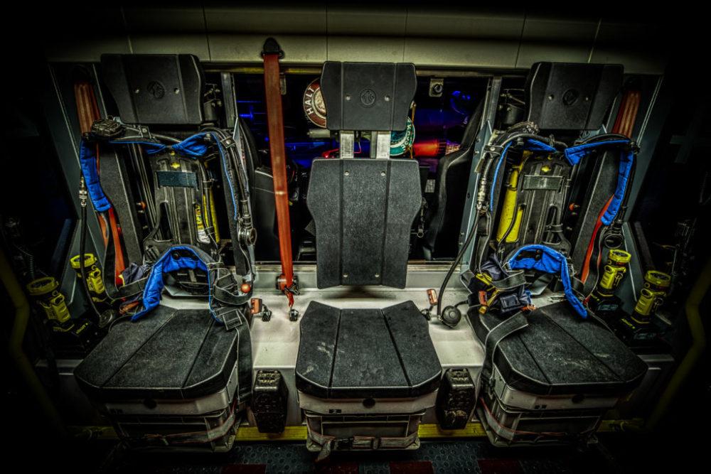 2 Atemschutzgeräte im Innenraum. Innenbeleuchtung umschaltbar weiß/grün.